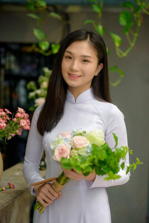 ảnh áo dài chụp ảnh kỷ yếu cầm bó hoa