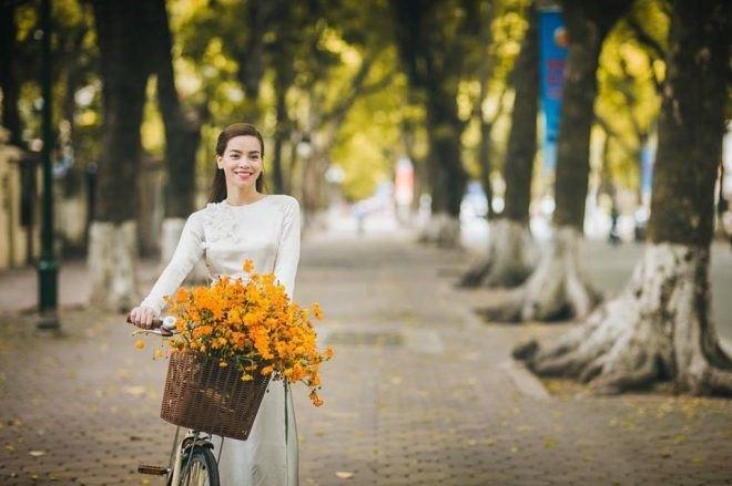Áo dài kết hợp với chiếc xe đạp và giỏ hoa lãng mạn
