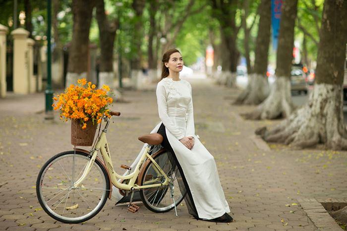 Tạo dáng ngồi nửa vời trên xe đạp