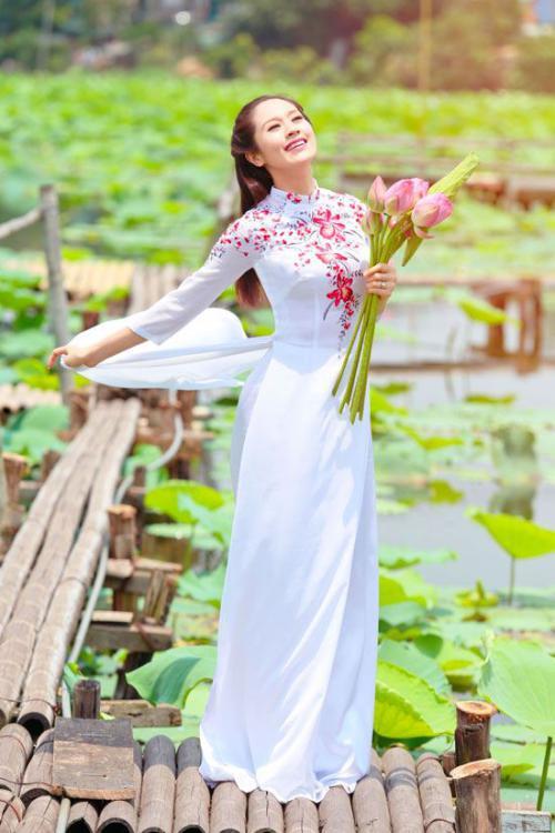 Tạo dáng áo dài cầm hoa sen